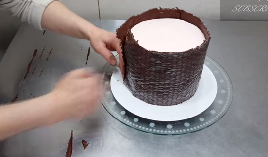 Cake Decorating Hacks : decorate chocolate cake using bubble wrap hack