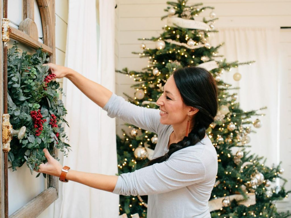 Joanna gaines farmhouse christmas decor is cheery and for Chip and joanna gaines bed and breakfast